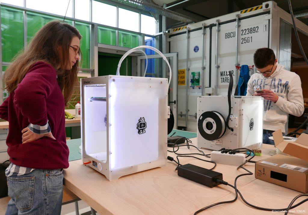 Les étudiants de Acklab avec des imprimantes 3D