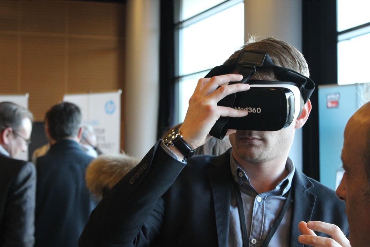 Mismo Day's 2017 : un homme teste un casque de réalité augmenté