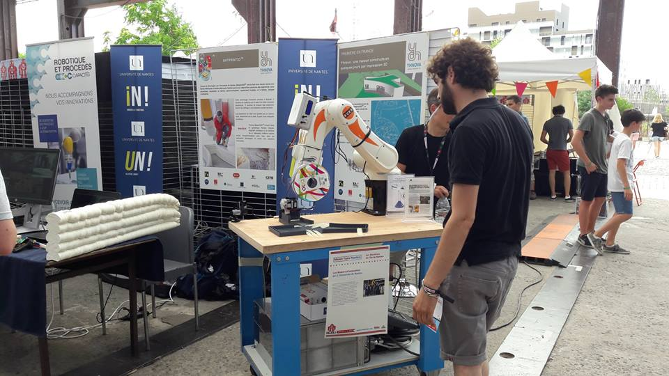 Bras robotisé équipé d'une bobine de filament 3D OWA lors de la Maker Fair 2017