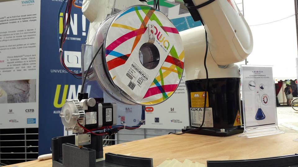 Bras robotisé équipé d'une bobine de filament 3D OWA