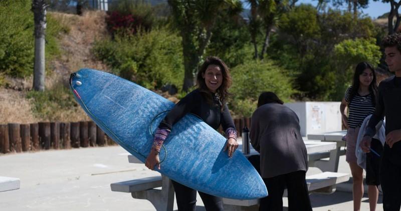 Surfeuse professionnelle avec la planche de surf imprimée en 3D