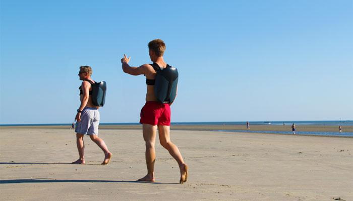 Deux hommes portant sur leur dos des jet pack imprimé en 3D CUDA
